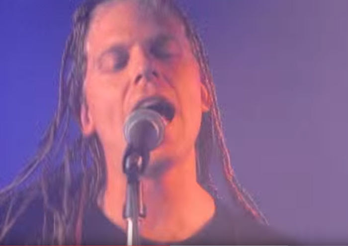 El prolongado letargo de The Offspring no es un problema para Holland y su maestría. Foto: Youtube