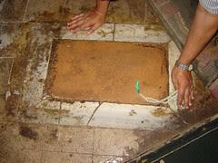 Kesan tapak kaki yang dikatakan tapak kaki Rasulullah s.a.w di dalam Masjid Imam Syafi'e, Kaherah, Mesir