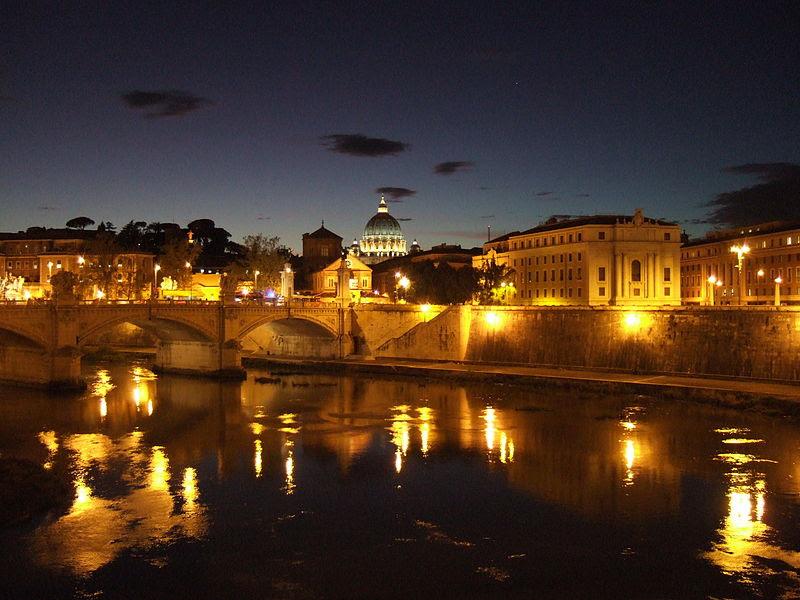 File:Nächtlicher Blick von der Engelsbrücke über den Tiber zum Petersdom.jpg
