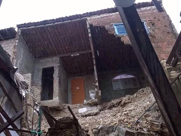 Em Mãe Luíza, parte de casa desabou (Foto: Eduardo Rodrigues/Inter TV Cabugi)