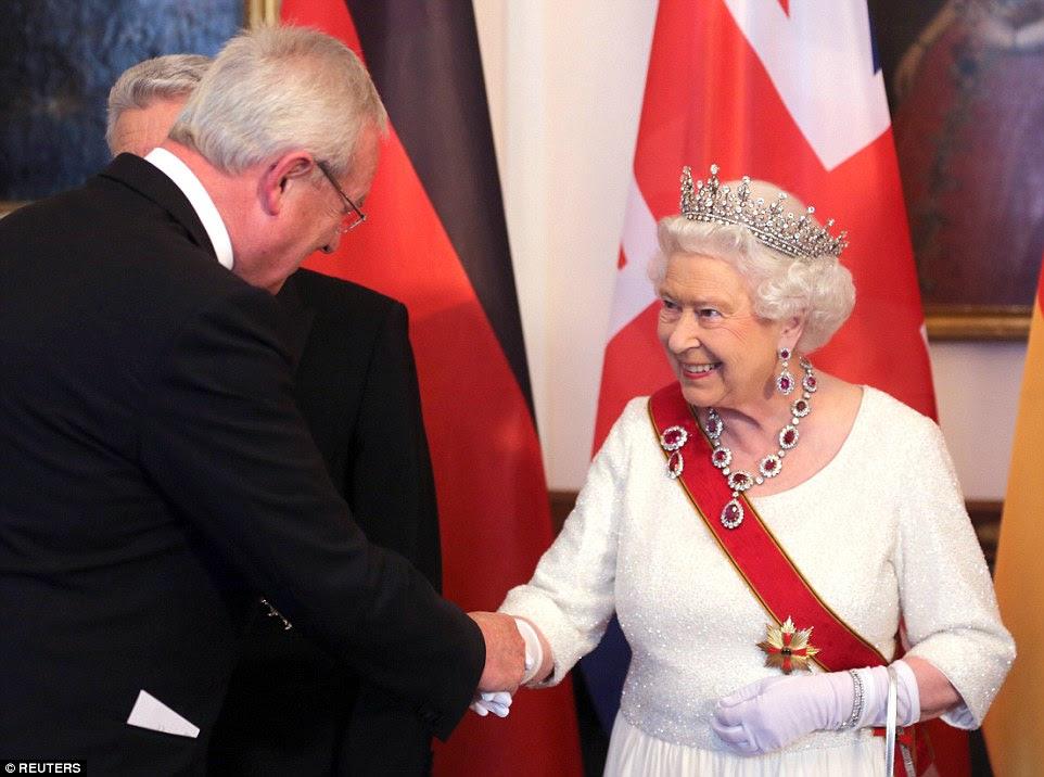 Sua Majestade cumprimenta o presidente-executivo da Volkswagen Martin Winterkom durante sua chegada ao banquete, realizado no Palácio Presidencial Bellevue em Berlim
