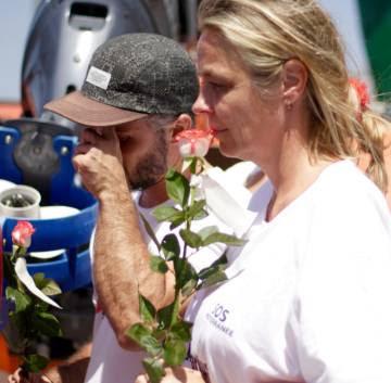 Los trabajadores de MSF y SOS Méditerranée recuerdan a las víctimas y depositan rosas en el mar en su memoria.