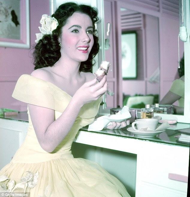 Star: Liz Taylor, que morreu no início deste ano aos 79 anos, é retratado aqui saborear um chá e um bolo em seu camarim em 1950