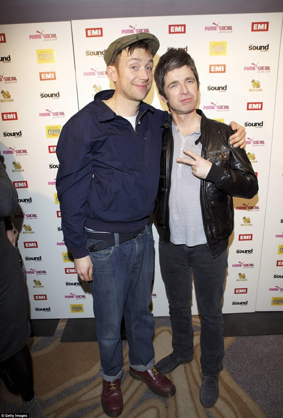 """De acordo com a revista Q, Liam criou a colaboração """"bobo"""" do irmão Noel com Damon Albarn, chamando-o de """"cantor de apoio"""""""