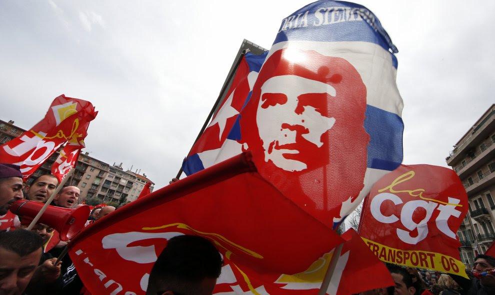 Banderas de CGT que muestran un retrato del Che Guevara durante una manifestación en contra de la reforma laboral francesa en Niza, Francia./ REUTERS / Eric Gaillard