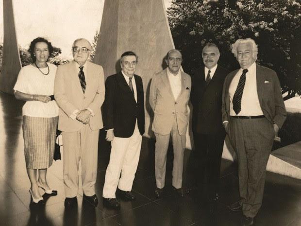 Da esquerda para a direita: Marianne Peretti, Athos Bulcão, Alfredo Ceschiatti, Oscar Niemeyer, José Sarney e Burle Max (Foto: Marianne Peretti - A ousadia da invenção/Arquivo Pessoal)