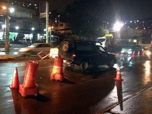 Buraco na Avenida San Martin na noite de quinta-feira (30) (Foto: Alan Tiago/G1)