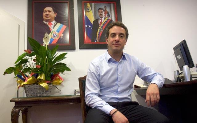 El cónsul de primera de Venezuela en Barcelona, Antonio Martínez Uzcátegui, en su despacho.