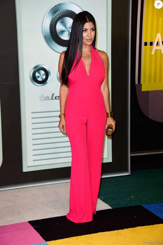 Kourtney Kardashian escolheu um macacão acinturado, com decote e barra pantalona para o VMA 2015