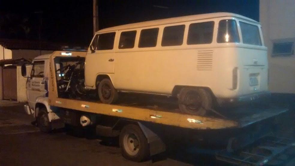 Criminosos pararam carro usado na fuga em frente a esconderijo (Foto: Divulgação/Polícia Militar)