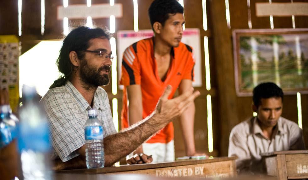 Alejandro González Davidson habla con las comunidades del valle de Areng en julio de 2014.