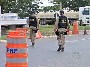 Fiscalização da Polícia Rodoviária Federal em MT. (Foto: Reprodução/TVCA)
