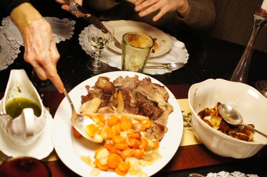 De segundo prato, come-se a carne e verdura que foram usados para fazer o caldo.  A Allegra ajudou como sous-chef e preparou as batatas que estavam perfeitas e deliciosas!