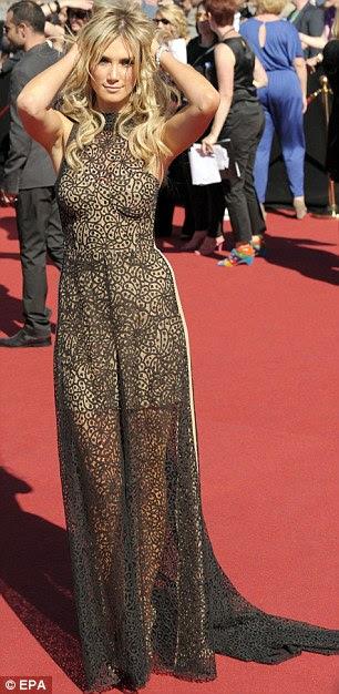 Impressionante: Delta Goodrem também voltou à terra natal para a cerimônia, e também escolheu um vestido simples que deu um vislumbre de suas longas pernas