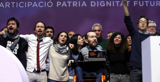 Los dirigentes de Podemos Rama Mayora, Pablo Iglesias, Irene Montero, Diego Cañamero, Pablo Echenique,Sofía Fernandez e à ñigo Errejón, en el escenario tras la proclamación de los resutlados de las votaciones en la Asamblea Ciudadana Estatal de Vistalegre
