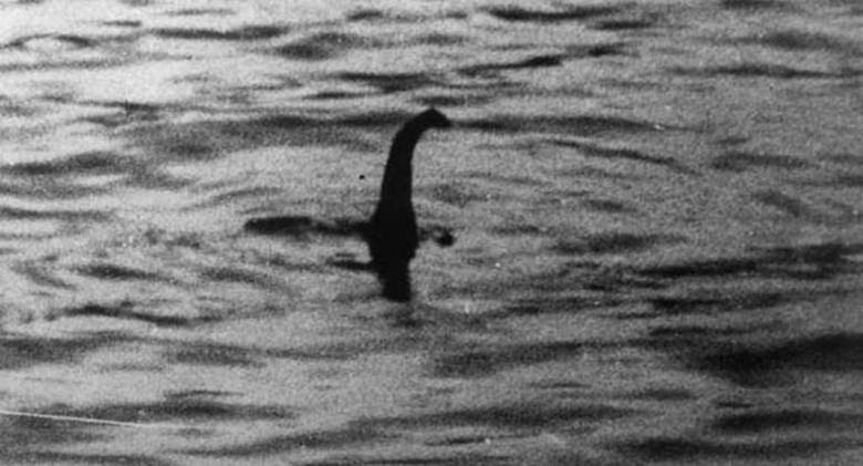 Dezenas de 'caçadores' do monstro já marcaram excursões ao lago para ver se acham, enfim, a criatura.Essa imagem foi feita em abril de 1934! É a foto clássica que revelaria o monstro do lago. Mas tem outras...