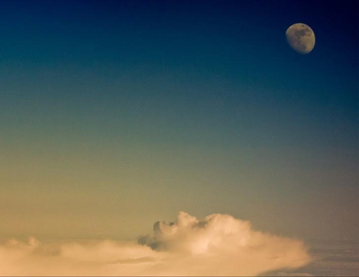foto romada del momento perfecto en que las nubes forman a un hombre descansado