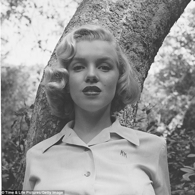 Uma tarde de verão: LIFE fotógrafo Ed Clark disparou a atriz em Griffith Park, Los Angeles, em agosto de 1950.  Ela usava uma camisa de cor clara, sobre a qual é bordado 'MM' as letras