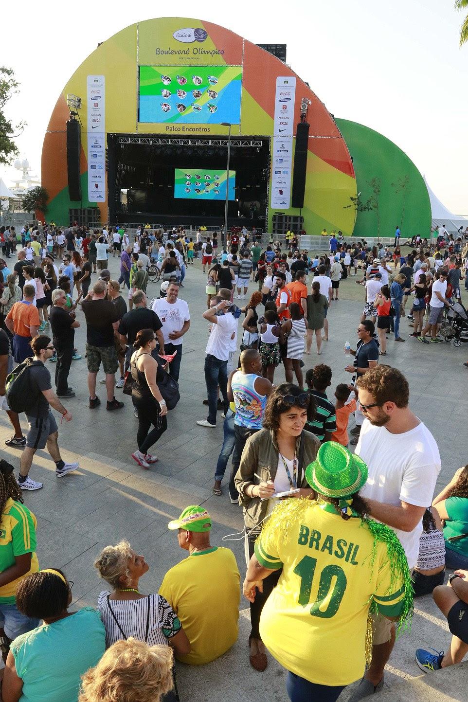 Entrando no espírito: A sala de concertos e grande ecrã formar a peça central da zona do ventilador no Porto Mauá