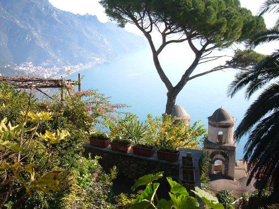 Vista de la Villa Rufolo Veduta da Rufolo Ravello # # # # Amalficoast spiagge italia pompei # # # coteamalfitane costieramalfitana faunopompei # # viajar # # mar playa # hotelravello bedandbreakfast # # # # hotel alberghi costa # excursiones Villa