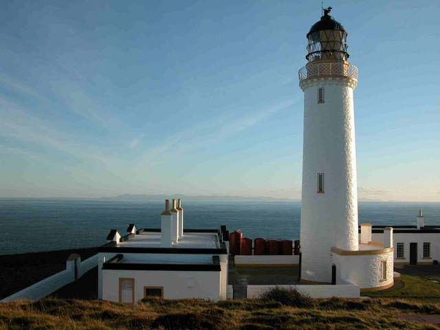 File:Mull of Galloway lighthouse - geograph.org.uk - 592045.jpg