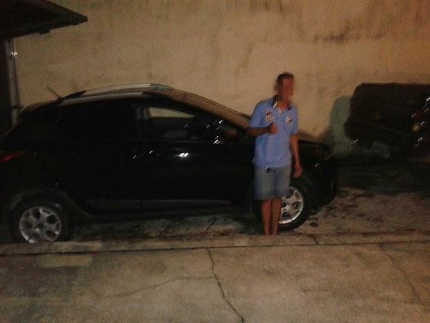 Suspeito ostenta carro roubado em foto postada no WhatsApp. Coincidentemente, ele seria preso vestindo a mesma camisa com a qual aparece na imagem, segundo a polícia (Foto: Divulgação/PM)