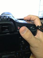 α77のグリップを普通に握ると親指を思いっきり伸ばしてもこの辺までしか届かないをですけど……。視度調整のダイヤルがすぐ横にあるけど、そんなに頻繁に触るものでもないし。