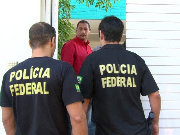 Agentes da PF chegaram antes das 8h na casa de Luma de Oliveira (Foto: Reprodução/TV Globo)