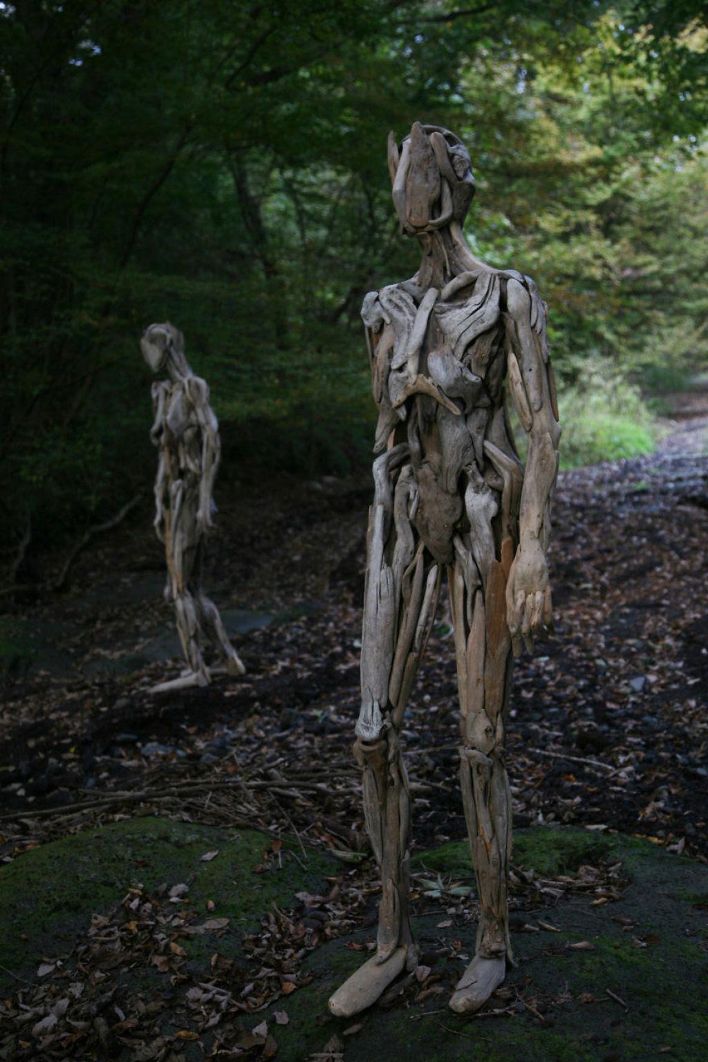 As inquietantes esculturas feitas com detrito de madeira no meio de bosque pelo japonês Nagato Iwasaki 09