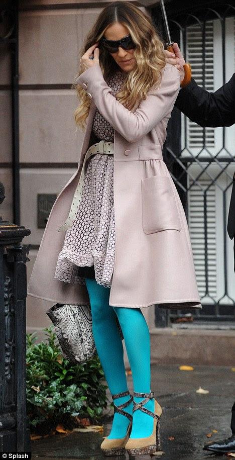 Olhando pelo lado positivo: Sarah Jessica Parker usava meia-calça azul com sua roupa de outra forma recatada como ela deixou seu apartamento em Nova York esta manhã