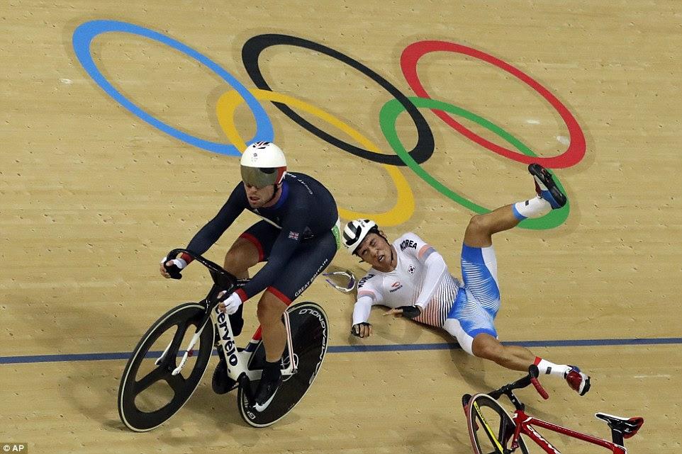 Mark Cavendish continua incólume como Park Sang-hoon cai durante omnium dos homens, em que o Brit ficou com a prata