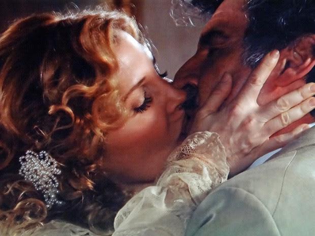 Diva beija Mário após declaração (Foto: Lado a Lado/TV Globo)