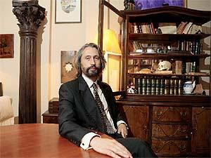 Ilia Galán, profesor de la Carlos III y conocido masón, posa en su casa en el centro de Madrid. (Foto: Óscar Monzón)