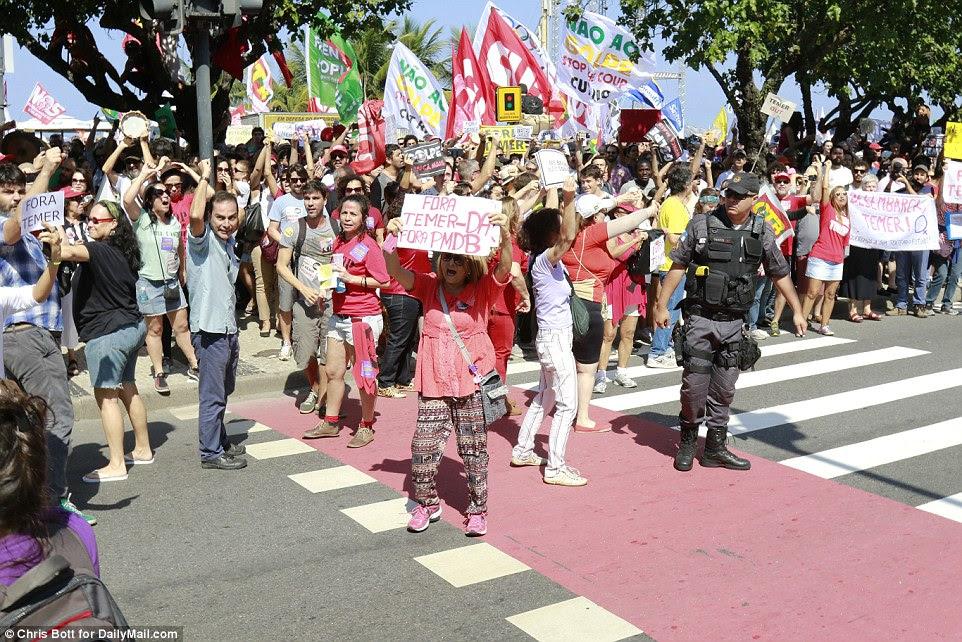 Mobbed: Dezenas de manifestantes subiu para a frente como a comitiva oficial passou ao longo da frente do trimestre Praia de Copacabana