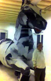 El galerista Miguel Marcos junto a uno de los gigantes de Streicher: un unicornio