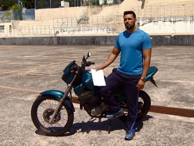 Marcelo Nascimento foi multado por pilotar moto sem cinto de segurança em Jundiaí (Foto: Reprodução EPTV)