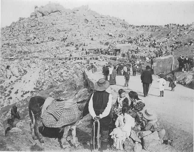 Romería del Valle con la Peña del Rey Moro llena de romeros a comienzos del siglo XX. Fotografía de Pedro Román Martínez