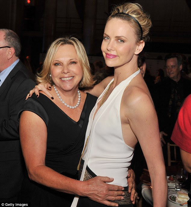 Theron com sua mãe: Charlize posa com sua mãe orgulhosa Gerda dentro