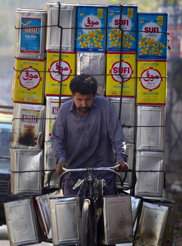 Em 18 de outubro de 2011, um paquistanês foi flagrado carregando uma carga enorme em sua bicicleta em uma estrada movimentada na cidade de Rawalpindi. (Foto: Anjum Naveed/AP)