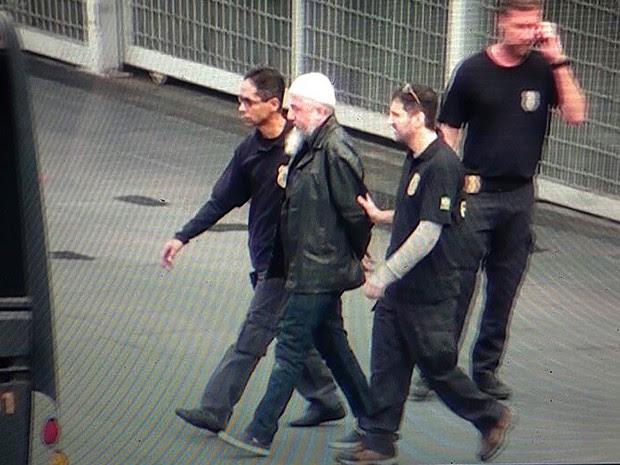 Reprodução de vídeo mostra agentes da Polícia Federal (PF) conduzindo um dos suspeitos presos na Operação Hashtag, no Aeroporto Intercional de Guarulhos, na Grande São Paulo, nesta quinta-feira (Foto: Mario Angelo/Sigmapress/Estadão Conteúdo)