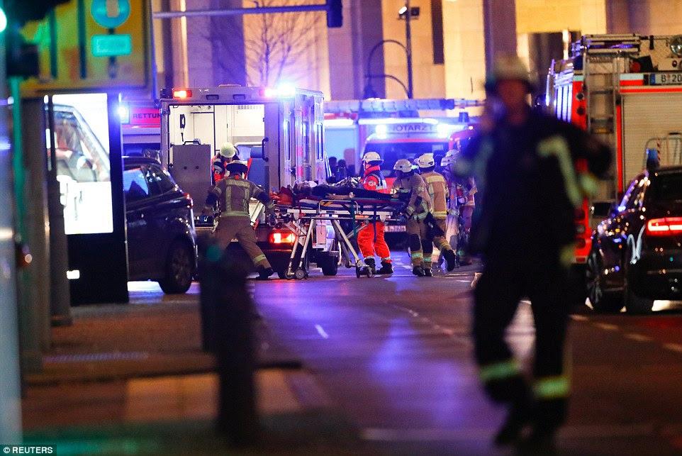 Existem dezenas de ambulâncias e carros de bombeiros na cena do crime como eles trabalham para recuperar os corpos e ajudar os feridos