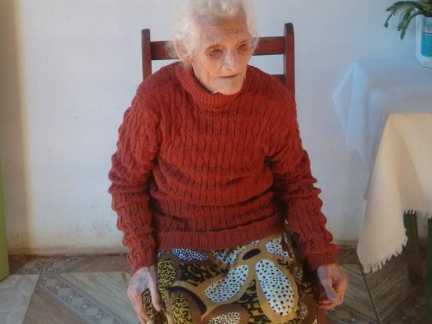 Dona Jesuína mora com a neta. Aposentada mantém rotina para viver adequadamente (Foto: Valdir Correia de Moraes/Arquivo pessoal)