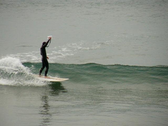 Fotografía mientras hace surf en Sopelana - www.surf30.net