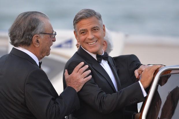 George Clooney deixa o Hotel Cipriani em Veneza (Foto: AFP)