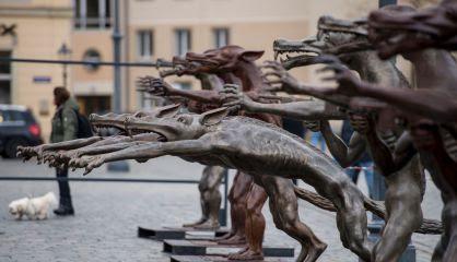 Algunas de las esculturas expuestas en la plaza de Frauenkirche, en el centro de Dresde.