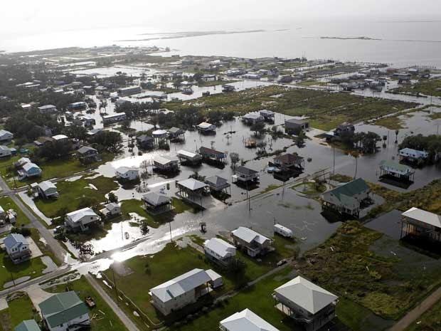 Imagem aérea de inundação em Grand Isle, Louisiana, provocada após a passagem do furacão 'Isaac'.
