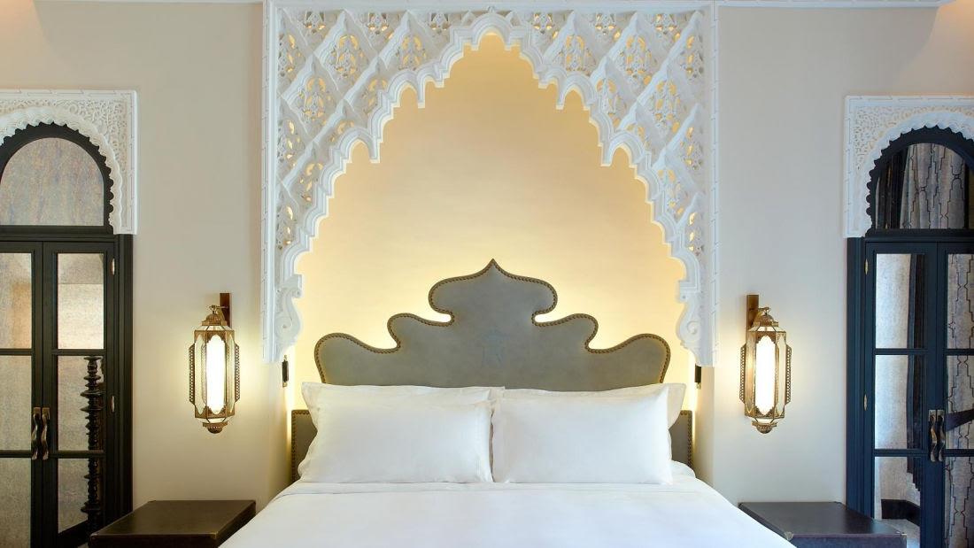 Descanse como un rey. Sumérjase en el mágico mundo de Las Mil y Una Noches en una habitación morisca, de elegante opulencia y elegante diseño.