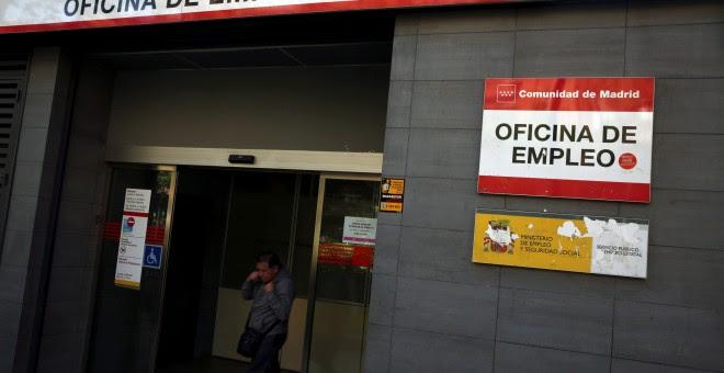 Un hombre sale de una oficina del Servicio de Empleo de la Comunidad de Madrid. REUTERS/Susana Vera