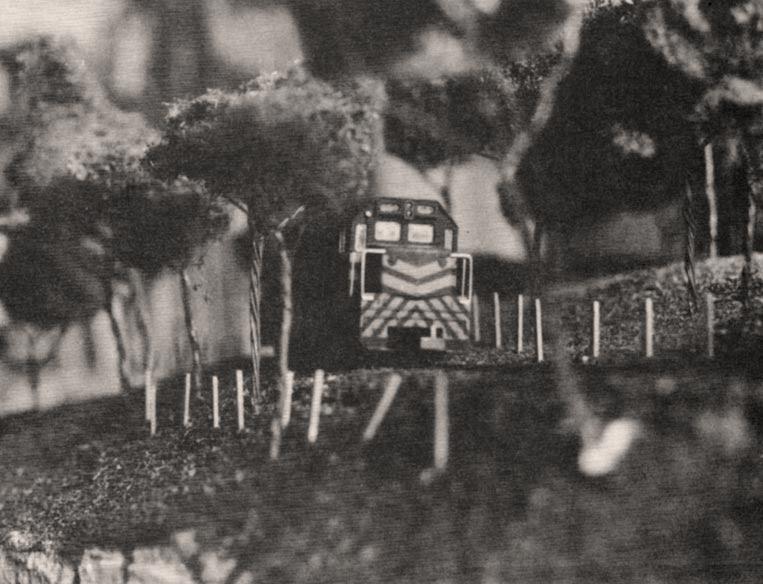 """O relevo movimentado faz com que a maquete não seja """"plana"""", embora o trem percorra trilhos totalmente nivelados"""