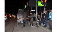 Gaziantep'te sokak ortasında bir vatandaşı, boynuna bıçak dayayıp rehin aldı.